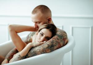 """10 เหตุผลที่เราควร """"อาบน้ำ"""" พร้อมคนรักทุกวัน"""