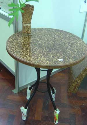 โต๊ะจากไม้อัดเปลือกส้ม