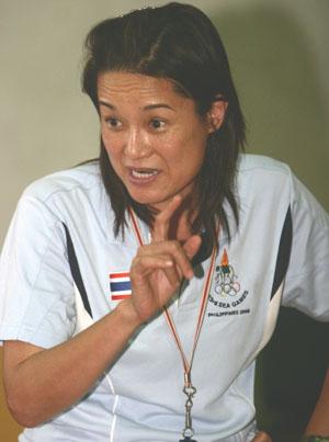 """""""ดาวน้อย สุทธินิภาพันธ์"""" โค้ชยัดห่วงหญิงทีมชาติไทย"""