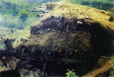 ลักษณะของการขุดคู และบริเวณที่ตั้งกองสังเกตการณ์ระวังเหตุที่ตั้งทางทหาร ซึ่งเกือบจะทั้งหมดสร้างไว้อยู่ทางด้านชายแดนที่ติดกับไทย โดยเฉพาะบนดอยลางทางฝั่งของพม่า