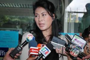 นางสาวิณี ปะการะนัง อดีตนางสาวไทย แม่ของหมูแฮมที่พยายามคอยช่วยเหลือลูกชายในเรื่องคดี