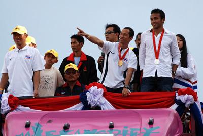 ร.อ. สมจิตร จงจอหอ และ มนัส บุญจำนงค์ วีรบุรุษนักชกโอลิมปิก 2008 นำทีมนักมวยทีมชาติไทย เข้าสักการะ อนุสาวรีย์ย่าโม ท่ามกลางชาวโคราชร่วมต้อนรับจำนวนมาก วันนี้ (5 ก.ย.)