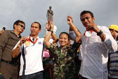 """""""สมจิตร-อุดมพร-มนัส"""" สามฮีโร่โอลิมปิกขวัญใจชาวไทย"""