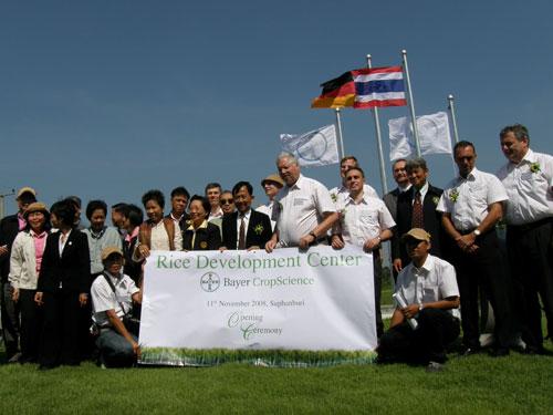 ผู้บริหารของไบเออร์ ครอปซายน์ และผู้แทนจากกรมการข้าว ถ่ายภาพร่วมกันในงานพิธีเปิดศูนย์วิจัยและพัฒนาข้าวแห่งแรกในประเทศไทยของไบเออร์ที่ จ.สุพรรณบุรี