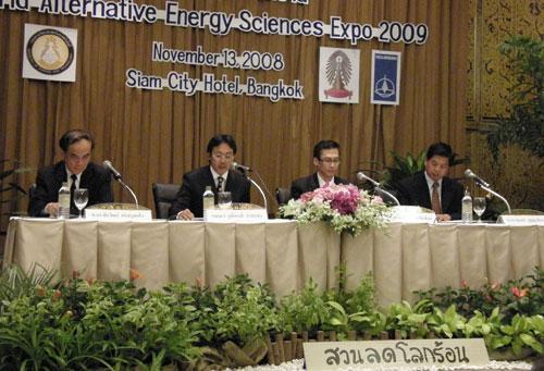 นายวุฒิพงศ์ ฉายแสง (ที่ 2 จากซ้าย) และ ศ.ดร.สุนทร บุญญาธิการ (ขวาสุด) ในงานแถลงข่าวจัดงาน WAESE 2009