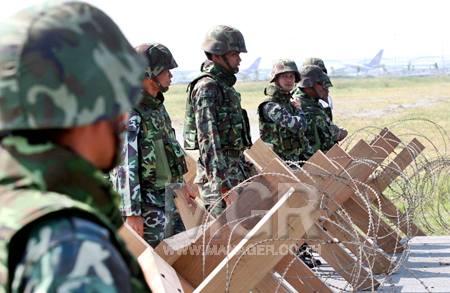 ทหารตรึงกำลังรักษาการณ์ ที่บริเวณด้านหน้าที่ทำการท่าอากาศยาน
