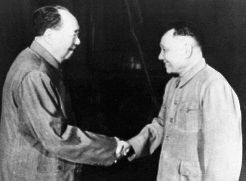 """ภาพเมื่อปี พ.ศ. 2517 ประธานเหมา เจ๋อตง(ซ้าย) ผู้นำการปฏิวัติสร้างจีนใหม่ กำลังจับมือกับผู้นำเติ้ง เสี่ยวผิง ผู้สืบทอดการนำนาวารัฐจีนต่อจากประธานเหมา เติ้งได้รับสมญาเป็น """"คนตัวเล็กผู้ถือหางเสือ"""" อยู่เบื้องหลังการปฏิรูปสร้างจีนยุคใหม่ แม้จีนมีการขยายตัวทางเศรษฐกิจอย่างมหัศจรรย์ แต่ก็มีปัญหาที่เป็นผลข้างเคียงมากมาย โดยเฉพาะช่องว่างในสังคม กลุ่มผู้เชี่ยวชาญที่เฝ้ามองชาติอำนาจเอเชีย ชี้ในปีฉลอง ครบรอบ 30 ปีการปฏิรูปนี้ จีนกำลังเริ่มมุ่งปฏิรูปครั้งที่สาม ที่มุ่งไปที่ภาคสังคม-ไฟล์ภาพจากเอเอฟพี"""