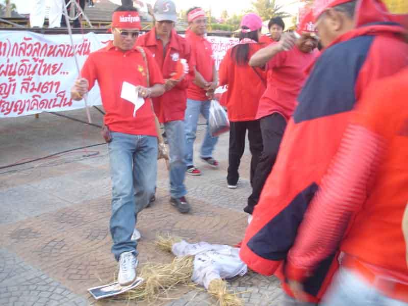 คนเสื้อแดงแสดงอาการเกลียดชังนายกรัฐมนตรี ทะยอยเข้าเหยียบภาพนายอภิสิทธิ์ และตะโกนด่าทอด้วยคำหยาบคาย