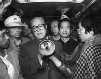 ภาพถ่ายเมื่อวันที่ 19 พฤษภาคม จ้าว จื่อหยางเลขาธิการพรรคคอมมิวนิสต์จีน(กลาง) กำลังพูดกับกลุ่มนักศึกษาที่กำลังอดอาหารประท้วงในตอนเช้าที่จัตุรัสเทียนอันเหมิน ขณะนั้นจ้าว จื่อหยางถึงกับหลั่งน้ำตาพลางบอกให้นักศึกษากลับไป จ้าวถูกปลดออกจากตำแหน่งโทษฐานแสดงความเห็นใจนักศึกษา ถูกกักบริเวณในบ้านพักเกือบ 16 ปี จนเสียชีวิตในปี 2548