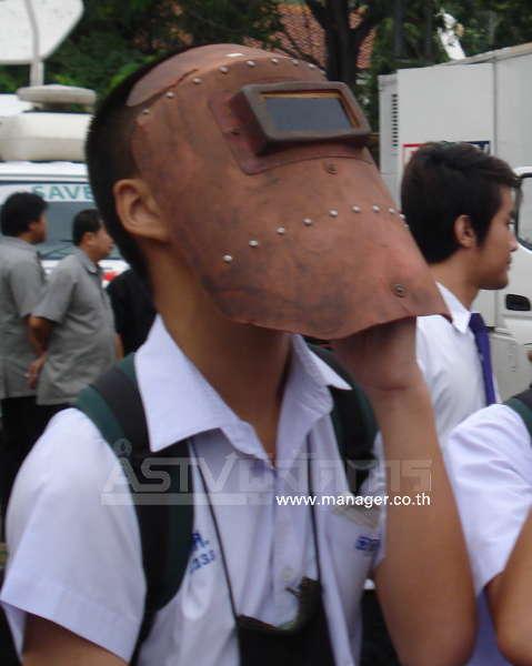 บางคนก็นำหน้ากากเชื่อมเหล็กมาเองเพื่อชมปรากกการณ์
