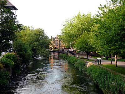 วิวทิวทัศน์แม่น้ำอันร่มรื่นเป็นธรรมชาติที่เมือง Salisbury
