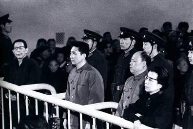 """ภาพ """"แก็ง 4 คน"""" กำลังถูกดำเนินคดีในศาล จากขวาไปซ้ายคือ เจียง ชิง, เหยา เหวินหยวน, หวัง หงเหวิน และจาง ชุนเฉียว นับเป็นความสำเร็จที่โดดเด่นที่สุดของฮว่า กั๋วเฟิง ผู้นำปฏิบัติการร่วมกับนายพล เยี่ย เจี้ยนอิง โค่นล้ม สี่หัวโจกการปฏิวัติวัฒนธรรมอันบ้าคลั่ง"""