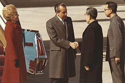ประธานาธิบดีริชาร์ด นิกสันแห่งสหรัฐอเมริกา  เยือนจีน ปี 1972  ในภาพประธานาธิบดี นิกสัน(ซ้าย) จับมือกับ นายกรัฐมนตรีจีน โจว เอินไหล