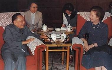 นางมาร์กาเร็ต แธตเชอร์ นายกรัฐมนตรีอังกฤษ เข้าพบนายเติ้งเสี่ยวผิง เจรจาปัญหาเกาะฮ่องกง ปี1982 นำไปสู่การส่งมอบเกาะฮ่องกงคืนแก่จีน ในปี1997