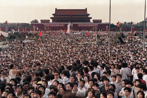 ภาพถ่ายเมื่อวันที่ 2 มิถุนายน 1989 ชาวจีนนับแสนล้อมรูปจำลองรูปปั้นเทพีแห่งเสรีภาพในนิวยอร์ก(กลาง) สูง 10 เมตร รัฐบาลจีนสั่งกองกำลังปราบปรามกลุ่มเรียกร้องประชาธิปไตย จนเกิดเหตุการณ์นองเลือดในวันที่ 4 มิ.ย. 1989