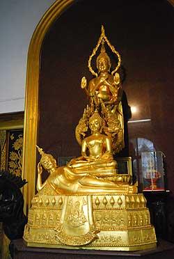 พระพุทธรูป 3 องค์ 10 ปางบนฐานเดียวกันที่วัดราชผาติการาม