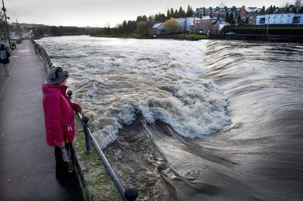 น้ำท่วมที่อังกฤษเนื่องจากเขื่อนทะลักเมื่อต้นสัปดาห์ที่ผ่านมา (ภาพประกอบทั้งหมดจากเอเอฟพี)