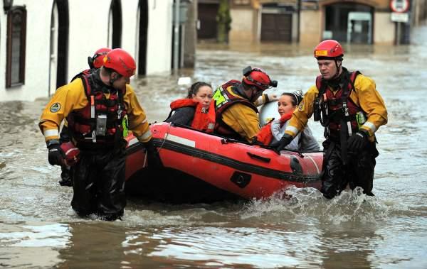 หน่วยกู้ภัยช่วยเหลือผู้ประสบภัยน้ำท่วมในอังกฤษ
