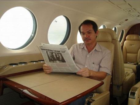 <bR><FONT color=#3366ff>นายเหวียนดึก (Doan Nguyen Duc) บนเครื่องบินส่วนตัว ซึ่งทำให้เขาสามารถเดินทางไปร่วมประชุมหรือติดตามดูแลธุรกิจได้ทั่วประเทศในวันเดียว กลุ่มฮว่างแองซยาลายมีธุรกิจอสังหาริมทรัพย์อยู่ในทุกภูมิภาคของประเทศ มีกิจการเหมืองแร่ เขื่อนไฟฟ้าพลังน้ำ และมีสวนยางพารากับโรงงานผลิตยางแผ่นในภาคใต้ของลาว</FONT></bR>