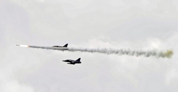 เครื่องบินขับไล่รุ่นมิราจ 2000-5 แห่งกองทัพอากาศไต้หวัน กำลังซ้อมยิงขีปนาวุธจากอากาศสู่อากาศ (ภาพเอเอฟพี)
