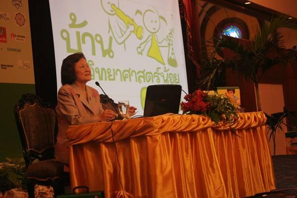 """คุณหญิงสุมณฑา พรหมบุญ ประธานโครงการฯ กล่าวว่า เดือน ก.ค.นี้ พร้อมเปิดรายการ """"บ้านนักวิทยาศาสตร์น้อย"""" ออกอากาศทางทีวีไทยในช่วงเช้าวันเสาร์และอาทิตย์"""