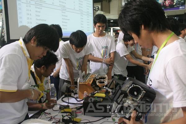 บรรยากาศหลังเวที ที่น้องๆ กำลังเช็คสภาพหุ่นยนต์เพื่อเตรียมพร้อมก่อนลงการแข่งขัน