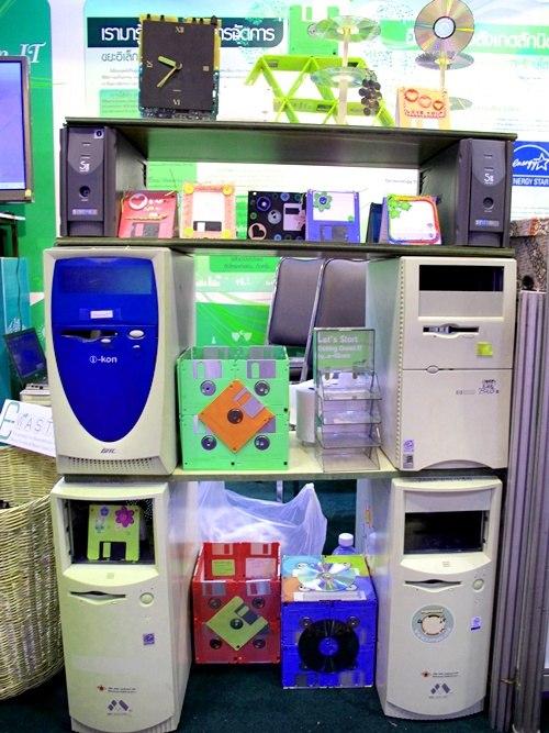ของตกแต่งจากขยะอิเล็กทรอนิกส์ เช่น ฟลอปปี้ดิกส์ , เคส CPU , แผ่นดิกส์