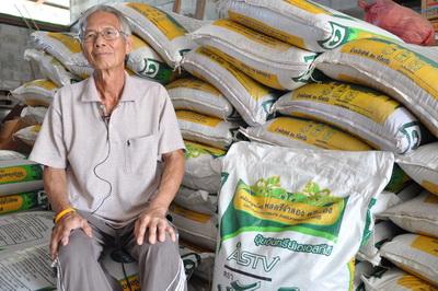 """ปลดแอกหนี้เกษตรกรหนุนใช้ """"ปุ๋ยขวัญดิน"""" โชว์แปลงยางทดลองโตกว่าวัย"""