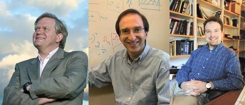 3 นักวิจัยผู้พบเอกภพกำลังขยายตัวด้วยอัตราเร่งจากการศึกษา ซูเปอร์โนวา คว้าโนเบลฟิสิกส์ 2011 (ซ้ายไปขวา) ไบรอัน ชมิดท์ , ซอล พอลมุตเตอร์และ อดัม รีสส์ (เอเอฟพี)