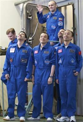 อเล็กซี ซิเตฟ (บนสุด) ผู้บังคับการภารกิจจำลองสู่ดาวอังคารมาร์ส500 และลูกเรือ (ล่างซ้ายไปขวา) อเล็กซานเดอร์ สโมเลฟสกี, ดิเอโก เออร์บินา, สุครอฟ คามอลอฟ, โรเมน ชาร์ลส และ หวาง ยิว ปฏิบัติภารกิจลุล่วง (ภาพประกอบทั้งหมดจากอีซา)