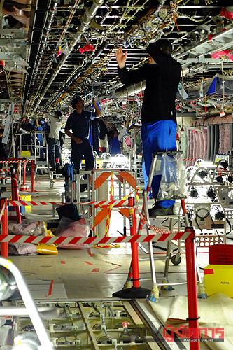 เจ้าหน้าที่และช่างของแอร์บัสกำลังดำเนินการติดตั้งระบบไฟฟ้าภายในลำตัวของเครื่องแอร์บัส เอ380 ลำแรกของการบินไทยและของประเทศไทย