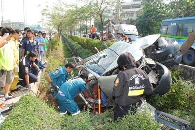 คนขับรถกระบะบรรทุกเหล็ก หักหลบรถกระบะคู่กรณีขับปาดหน้า ควบคุมรถไม่อยู่เสียหลักตกร่องน้ำเสียชีวิต