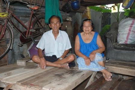 ตาช่วย อินสอน อายุ 78 ปี พร้อมภรรยาคู่ใจยายจวบ อินสอน อายุ 78 ปี 2 ตายายคู่แท้ ที่แต่งงานกันมาตั้งแต่อายุ 14 ปี และครองรักร่วมกันมาจนถึงทุกวันนี้