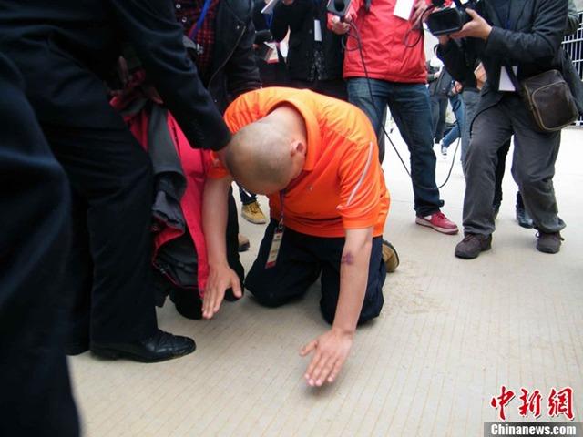 """หนุ่มจีนคุกเข่า """"ขอโทษเจ้าหมีดำ""""แทนมนุษย์"""