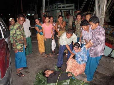 """ลูกเรือชาวมอญที่อยู่ประจำเรืออวนลาก """"สุวิทย์การประมง"""" เสียชีวิตถึง 2 ศพ หลังจับปลาปักเป้าลายดำ ซึ่งเป็นปลาที่มีพิษ ที่ติดอวนขณะหาปลามาแล่เนื้อลวกจิ้ม ขณะที่อีก 6 รายแพทย์สามารถช่วยชีวิตได้ทัน วานนี้ (27 ก.พ.)"""