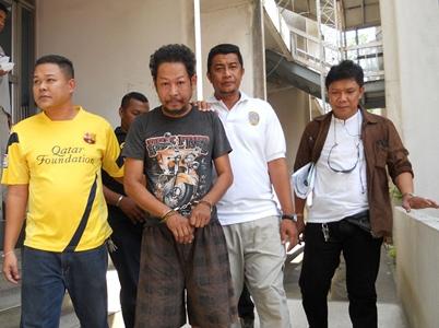 ตำรวจ กก.6 บก.ป. นำกำลังจับกุม นายสุรศักดิ์ สุขสี อายุ 37 ปี ( เสื้อดำ) และ นายประชา สุขสี อายุ 48 ปี   สองพี่น้อง ชาว จ.ตรัง  ผู้ต้องหายิงปืนเอ็ม16ใส่เรือนจำกลางเมืองคอน กระสุนเจาะสะโพก นายทวีศักดิ์ นวลแก้ว อายุ 47 ปี รปภ.รอบนอก เรือนจำดังกล่าวบาดเจ็บสาหัส