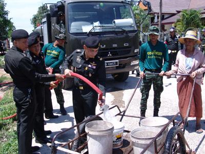 เมืองช้างแล้งหนัก 5 อำเภอ-เดือดร้อน 3 แสนคน ทหารเร่งแจกน้ำดื่ม