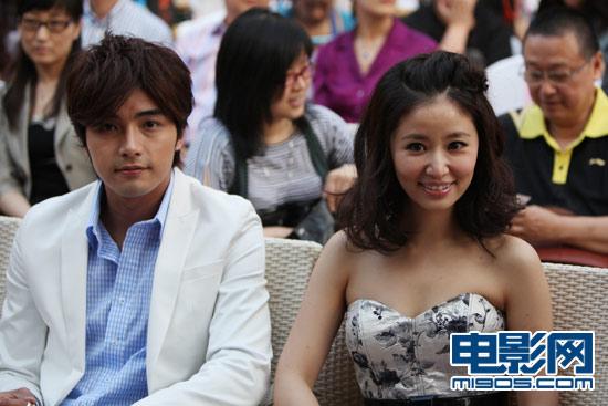ไมค์ เฮ่อ กับหลินซินหยู ร่วมงานกันในภาพยนตร์เรื่อง You Deserve To Be Single เมื่อปี 2010