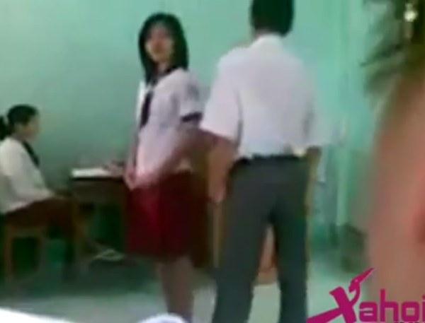 คลิปสุดฉาว ครูหนุ่มหวดก้นนักเรียนสาวเรียงตัว