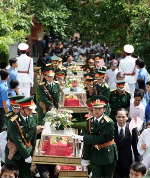 <bR><FONT color=#000033>สงครามผ่านไปแล้วเกือบ 40 ปี ทหารเวียดนามกลุ่มนี้รวม 29 คน เพิ่งจะได้กลับสู่ดินแดนปิตุภูมิจากแขวงบอลิคำไซในลาว. -- ภาพ:  กองทัพประชาชน (Quân đội Nhân dân). </b>
