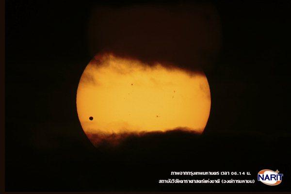 นอกจากดาวศูกร์ซึ่งปรากฏเป็นรูปวงกลมสีดำผ่านหน้าดวงอาทิตย์แล้ว ยังพบจุดมืด (dark spot) ซึ่งเป็นสาเหตุของพายุสุริยะที่ส่งผลกระทบต่อการสื่อสารผ่านระบบดาวเทียมอีก 3-4 จุดด้วย