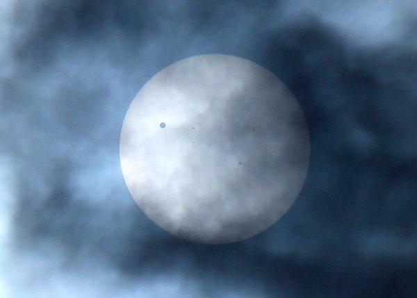 ปรากฏการณ์ดาวศุกร์ผ่านหน้าดวงอาทิตย์ที่บันทึกโดย  ผศ.พงษ์  ทรงพงษ์ ภาควิชาฟิสิกส์ คณะวิทยาศาสตร์ จุฬาฯ บริเวณ จุดสังเกตที่จุฬา เวลา 08.30 น.
