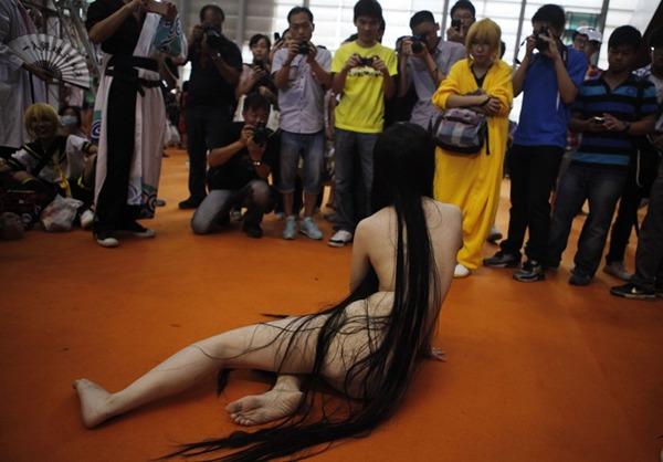 """'ผีสาวโป๊' โผล่กลางเทศกาลการ์ตูนเซินเจิ้น ร้อง  """"ต้องการผู้รับเลี้ยงดู"""""""