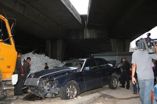 สภาพรถเบ็นซ์ น.ส.มาธวี วัฒนกุล หรือน้องมายด์  ที่ขับรถเบ็นซ์ตกช่องทางต่างระดับรัชวิภาฝั่งขาเข้า เสียชีวิตพร้อมเพื่อนชายรวม 2 ศพ
