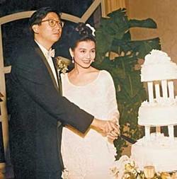 ภาพงานวิวาห์ของของอดีตนางเอกสาวชื่อก้องกับเจ้าพ่อวงการโฆษณา จู จยาติ่ง ที่เสียชีวิตไปด้วยโรคมะเร็งลำไส้ใหญ่