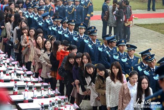 ทหารอากาศจีน 150 นายรวมตัวนัดบอดหมู่ และเต้นกังนัม