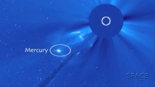 ภาพส่วนหนึ่งจากคลิป เผยให้เห็นดวงอาทิตย์พ่นมวลโคโรนาพุ่งผ่านดาวพุธ (ในวงรี) และยังพุ่งมายังโลกโดยตรง (สเปซด็อทคอม/นาซา)