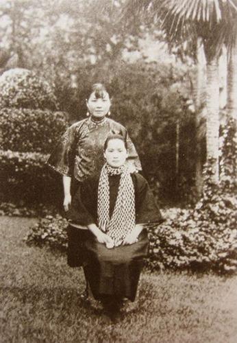 สองสาวตระกูลซ่งนามกระเดื่อง พี่สาวซ่ง ชิ่งหลิง (นั่งข้างหน้า) น้องสาวซ่ง เหม่ยหลิง/宋美龄 (ยืนข้างล่าง) ขณะนั้น ซ่ง ชิ่งหลิง เป้นภริยาของซุนยัตเซ็น ส่วนซ่ง เหม่ยหลิง ยังไม่แต่งงานกับเจียง ไคเช็ค