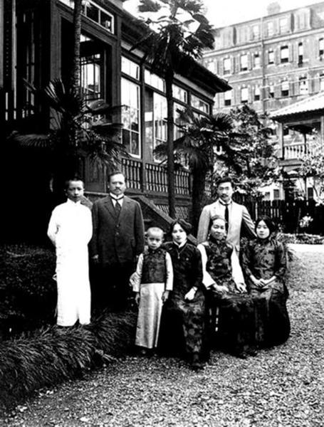 วันที่ 25 ส.ค. 1914 ขณะลี้ภัยในประเทศญี่ปุนครอบครัวตระกูลซ่งได้ออกจากกรุงโตเกียวย้ายที่พักไปอยู่ที่บ้านเลขที่ 59 เมืองยะมะเตโช โยโกฮะมะ (Yamatecho-Yokohama) ซ่ง ไอ่หลิงธิดาคนโตแห่งตระกูลซ่ง กับข่ง เสียงซี แต่งงานกันที่นี่ สมาชิกตระกูลซ่งถ่ายภาพร่วมกันที่หน้าบ้านในโยโกฮะมะเมื่อวันที่ 20 ก.ย. ขณะนั้น ซ่ง เหม่ยหลิงและซ่ง จื่อเหวิน ยังเรียนอยู่ที่สหรัฐอเมริกา ในภาพ บุคคลด้านหน้าจากซ้ายตามลำดับ คือ ซ่ง จื่ออัน(宋子安), ซ่ง ชิ่งหลิง(宋庆龄), หนี กุยเจิน(倪珪贞), ซ่ง ไอ่หลิง(宋蔼龄)บุคคลด้างหลังจากซ้ายตามลำดับ คือ ซ่ง จื่อเหลียง(宋子良) และซ่ง จยาซู่(宋嘉树)