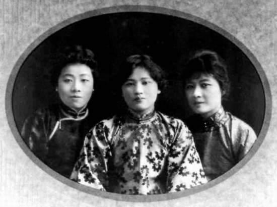 สามสาวพี่น้องตระกูลซ่ง ถ่ายภาพร่วมกัน ได้แก่ ซ่ง ไอ่หลิง (ซ้าย), ซ่ง ชิ่งหลิง(กลาง) และซ่ง เหม่ยหลิง (ขวา)